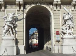 Wenen 006 Michaelertor met beelden van Hercules