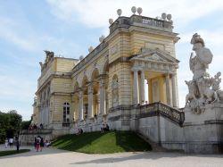 Wenen 118 Schonbrunn   Gloriette, een monument voor de soldaten die hun leven voor het keizerrijk hadden gegeven