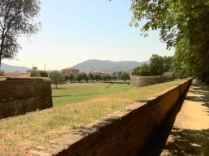 2011 214 Lucca We lopen een gedeelte vd 4,2 km lange vestigingsmuur x