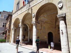 2012 127 Pienza Piazza Pio II, loggia Palazzo Piccolomini