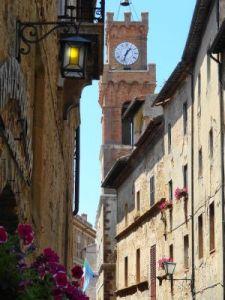 2012 129 Pienza La torre del Comune vista dal Corso Rossellino.