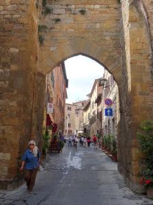 202  Montepulciano De hoofdstraat van Montepulciano strekt zich 11,5 kilometer van de Porta al Prato aan de Piazza Grande op de top van de heuvel