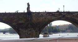 004 boottocht over de Moldau Karelsbrug 516 m lang en bijna 10 m breed. Het heeft 16 bogen en op de brug staan 30 standbeelden