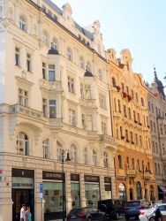 042 In de joodse wijk Josefov ligt de dure winkelstraat Paritzska