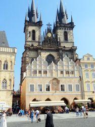 046 Oude stadsplein, Staromestske namesti in het stadsdeel Oude stad, 9000 m2. Hier vind je de Tynkerk in gotische stijl