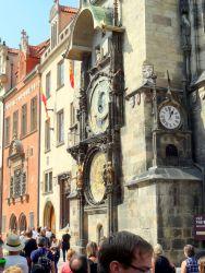 048 Oude stadsplein, Staromestske namesti ,de Astronomische klok op de gevel vh Oude Raashuis. Om het heel uur komen er poppetjes naar buiten