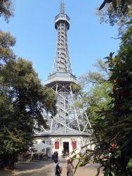 063 Petrinheuvel Uitkijktoren is een kopie vd Eifeltoren, 60 m hoog en 299 treden