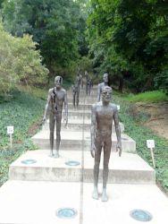 070 Aan de voet vd Petrinheuvel staat een herdenkingsmonument voor de slachtoffers vh Communisme