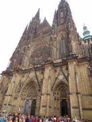 081 Praagse Burcht, St Vitus Kathedraal, Kathedrale Sv Vita is de grootste en belangrijkste kerk van Praag. Eeuwenlang was St Vitus de plek waar de koningen van Bohemen gekroond en begraven werden