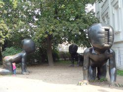 142 In het Kampapark,David Cerny modern art, kruipende babys die beklommen mogen worden