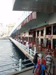 ist 068 Aan de onderkant vd Galatabrug kan  je lopen langs restaurants en bars
