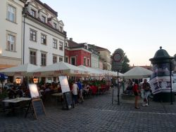 091-een-plein-in-de-joodse-wijk-kazimierz-waar-het-s-avonds-bruist