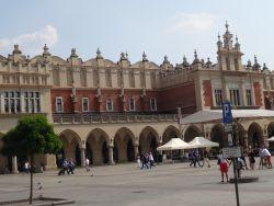 146-rynek-glown-het-plein-dateert-van-de-13e-eeuw-met-een-opp-van-circa-40-000-m%c2%b2-is-het-vierkante-plein-een-van-de-grootste-middeleeuwse-pleinen-in-europa