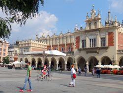 147-lakenhal-of-sukiennice-ooit-was-het-een-internationale-markthal-na-de-brand-souvenirs-voor-de-vele-toeristen