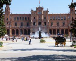 061 Plaza Espagna Tussen twee 80 m hoge torens ontvouwt zich een galerij in een halve cirkel die 170 m lang is