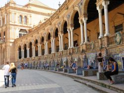 067 Langs de muren vd galerijen zijn met keramiek alle 52 provincies van Spanje uitgebeeld