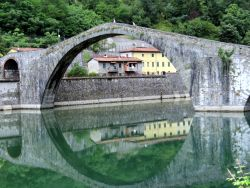 023 vDe brug Ponte della Maddalena f ook wel Ponte del Diavolo (brug van de duivel) bevindt zich in Borgo